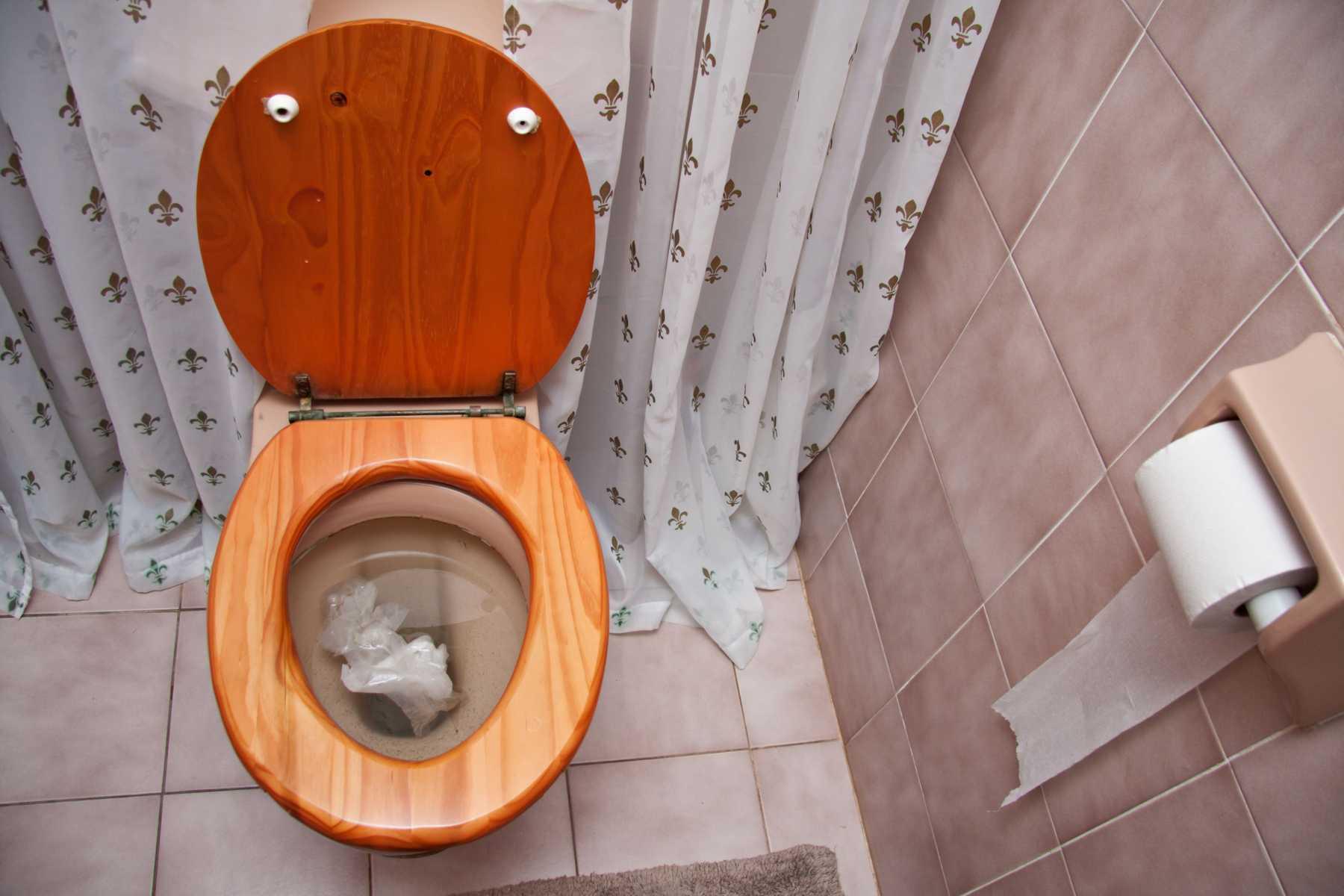 Bồn cầu giật nước không trôi gây mất vệ sinh
